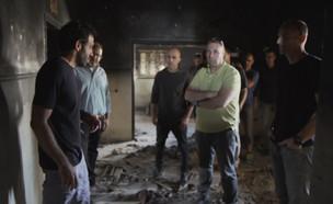 חבריו של נחשון וקסמן בבית שבו הוחזק (צילום: החדשות 12)