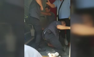 תיעוד: אדם שפיספס רכבת פתח בקטטה עם המאבטח (צילום: חדשות)