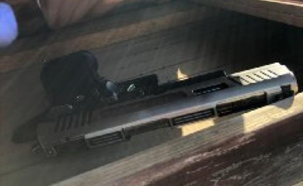 כלי הנשק שאותרו על גג בית הכנסת (צילום: דוברות המשטרה)