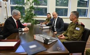 """ראש הממשלה ושר הביטחון בהתייעצות עם הרמטכ""""ל (צילום: אריאל חרמוני)"""