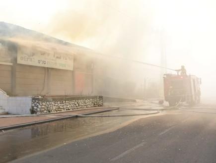 מפעל בשדרות בוער כתוצאה מפגיעה ישירה