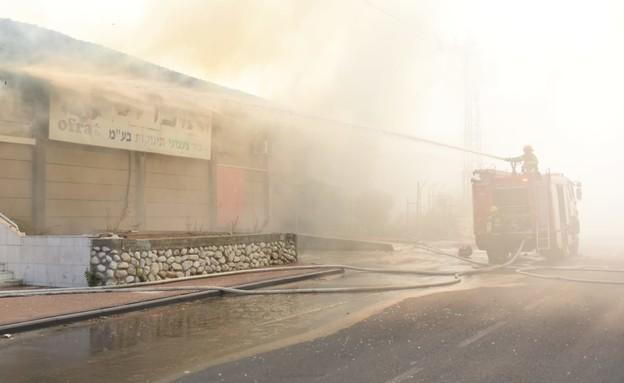 מפעל בשדרות בוער כתוצאה מפגיעה ישירה (צילום: אביב הרץ, TPS)
