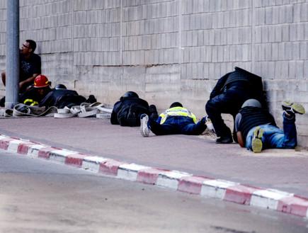אזרחים תופסים מחסה בשדרות