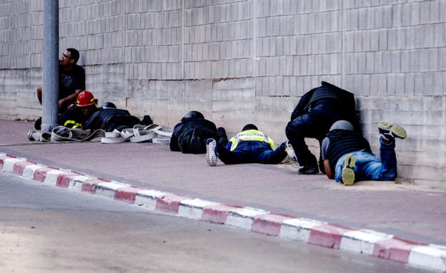 אזרחים תופסים מחסה בשדרות (צילום: ap)