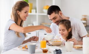 ארוחת בוקר משפחתית (צילום: shutterstock, Nadezda Barkova)