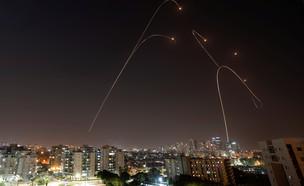 שיגורים מעזה ויירוטי כיפת ברזל (צילום: רויטרס)
