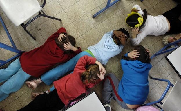 ילדים בבית ספר באשקלון נשכבים על הרצפה (צילום: רויטרס, רויטרס1)