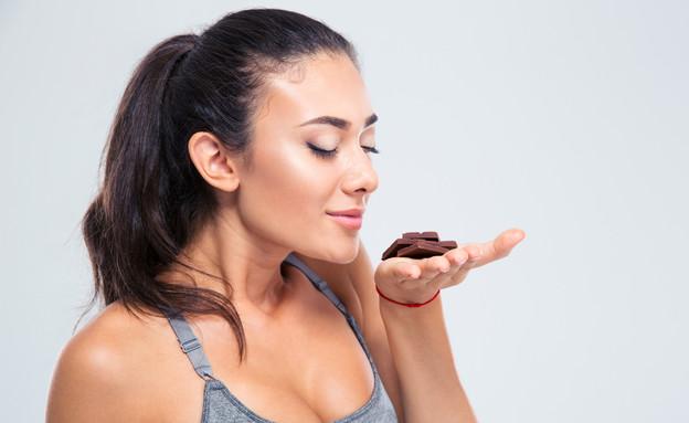 אישה מריחה שוקולד (צילום: shutterstock By Dean Drobot)