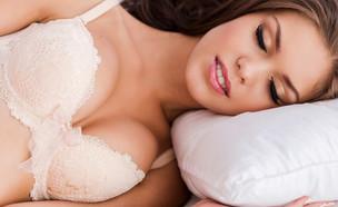 לישון עם חזיה (צילום: Shutterstock)