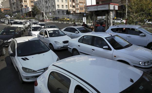 תור ענק בכניסה לתחנת דלק בטהרן (צילום: Sakchai Lalit | AP)