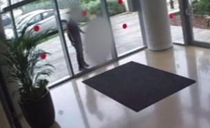 גבר נעצר בראש העין בחשד לעבירת מין בילדה (צילום: מצלמות אבטחה)