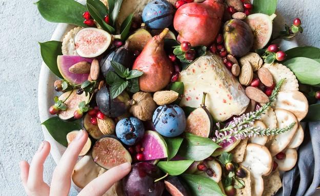 צלחת פירות תאנים (צילום: brooke-lark, unsplash)