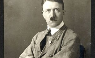 היטלר במכנסיים קצרים (צילום: Hoffmann Munchen)