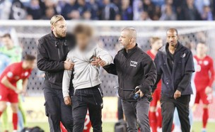 צעיר שפרץ למגרש במשחק הנבחרת עם פולין (צילום: AP)