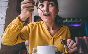 אישה שותה מרק  (צילום:  mis.uma, shutterstock)