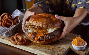אברטו המבורגר ענק  (צילום: אפיק גבאי, יחסי ציבור)