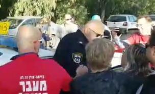שוטר דוחף ומפיל מפגינה