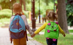 ילדים מחזיקים ידיים (צילום: Sharomka, ShutterStock)