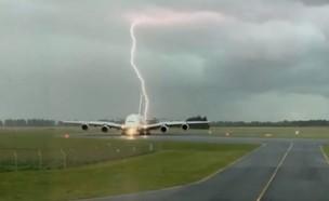 ברק פוגע במטוס (צילום: יוטיוב)