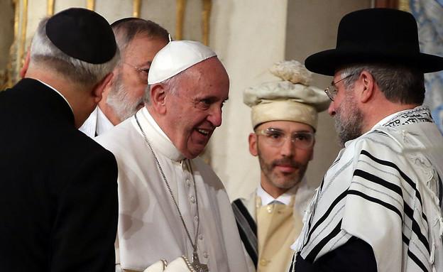 האפיפיור פרנציסקוס מבקר בבית הכנסת ברומא (צילום: Gettyimages IL)