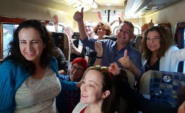 """ניצן הורוביץ ומיטל להבי נוסעים ב""""נעים בדרך"""" (צילום: Christine and Steve Tan, ללא)"""