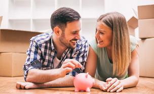 זוג צעיר עם קופת חיסכון (אילוסטרציה: Mladen Mitrinovic, shutterstock)