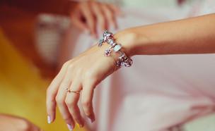 אילוסטרציה אישה עם צמיד (צילום: pyrozhenka, Shutterstock)