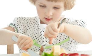 ילדה אוכלת (צילום: Maryna Pleshkun, shutterstock)