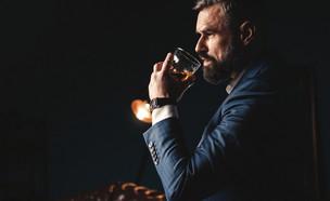 גבר שותה וויסקי (צילום: shutterstock, Nadezda Barkova)