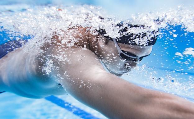 גבר שוחה בבריכה 2 (צילום: shutterstock, Nadezda Barkova)