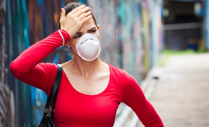 מגפה אישה עם מסכה (צילום:  Johan Larson, shutterstock)