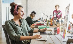 מסתבר שמוזיקה משפרת ביצועים בעבודה (צילום: kateafter | Shutterstock.com )
