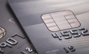 כרטיס אשראי שחור (צילום: Piyawat Nandeenopparit, ShutterStock)