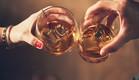 אישה וגבר שותים וויסקי (צילום: shutterstock, Nadezda Barkova)