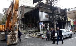 בנק שרוף בעקבות ההפגנות באירן (צילום: רויטרס)