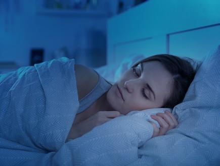 אישה ישנה במיטה