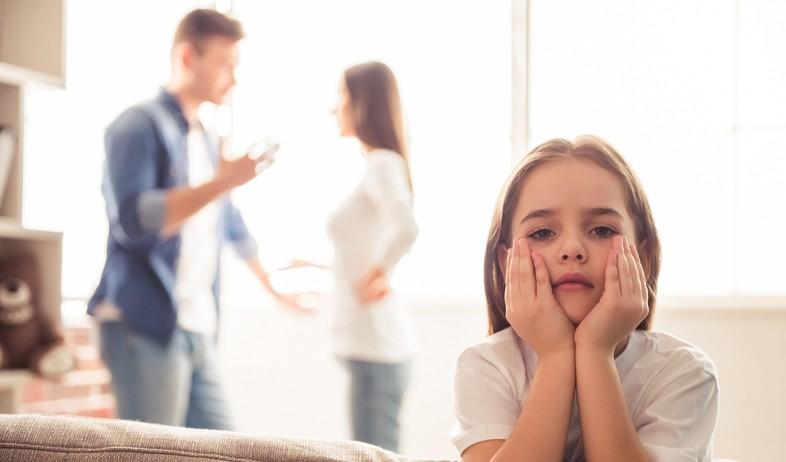ילדה להורים גרושים (צילום: VGstockstudio, shutterstock)