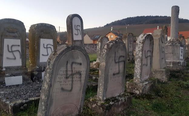 מעל 100 קברים הושחתו. צרפת (צילום: ap)