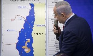 בנימין נתניהו מציג את מפת סיפוח בקעת הירדן (צילום: הדס פרוש, פלאש 90)