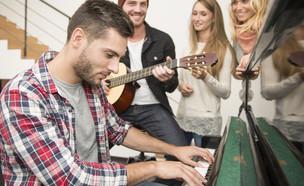 מנגן בפסנתר (צילום: shutterstock, Nadezda Barkova)