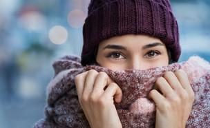 אישה בחורף עם צעיף (צילום:  Rido, shutterstock)