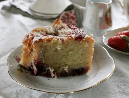 פרוסה של עוגת ריקוטה ותותים