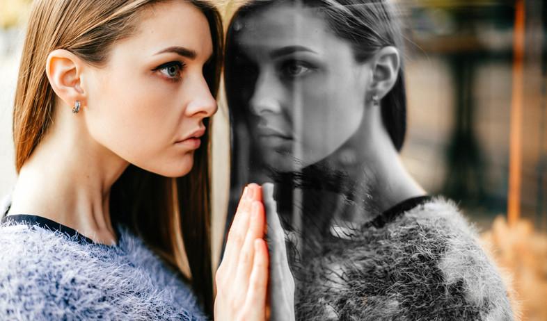 אילוסטרציה: אישה עצובה מביטה במראה  (צילום: shutterstock, Nadezda Barkova)