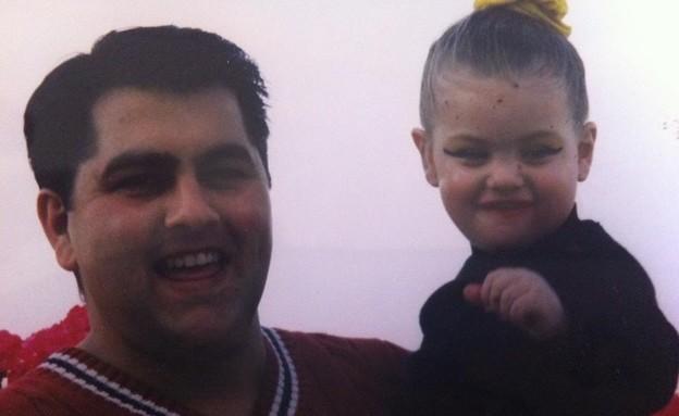 קים בילדותה עם אבא שלה (צילום: באדיבות המצולמים)