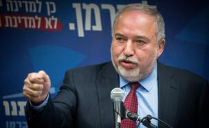 ליברמן בישיבת סיעת ״ישראל ביתנו״ (צילום: החדשות 12)