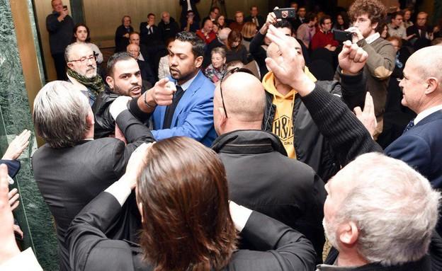פעילי BDS תוקפים חברי משלחת יהודית-ערבית במדריד (צילום:  חוויאר שכטמן)