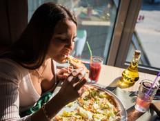 אישה אוכלת פיצה (צילום: Jeremy Bentham, shutterstock)