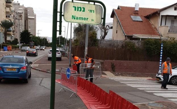 מחסומים לשינוי זרימת המים בכניסות לרחוב 'הנמר' בשכ (צילום: דוברות עיריית אשקלון)