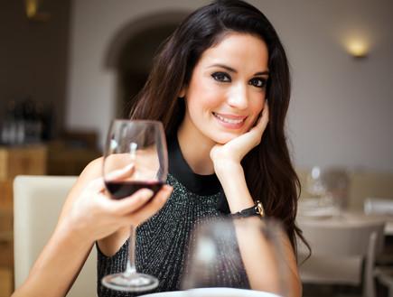 בחורה שותה יין