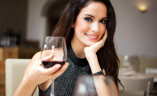 בחורה שותה יין (צילום: shutterstock, Nadezda Barkova)